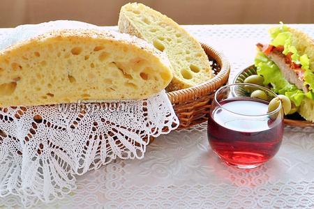 А ещё этот хлеб очень подходит для бутербродов или закусок. Выпекайте вкусный домашний хлеб и вы забудете про магазинные булки.