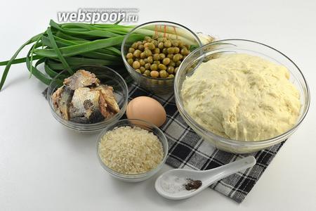 Для работы нам понадобится  дрожжевое тесто для пирожков , зелёный лук, рис, консервы «Сардины в масле», яйцо, консервированный горошек, соль, перец.