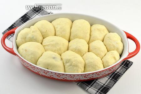 Пирожки плотно уложить в смазанную подсолнечным маслом форму. Накрыть полотенцем и оставить на 30 минут в тёплом месте.