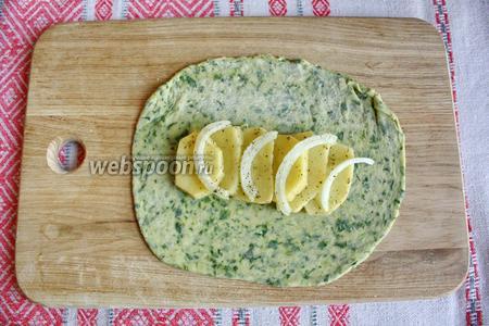 Тесто разделить на 3 кусочка и тонко раскатать. На середину выложить картофель и лук.