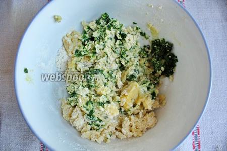Добавит шпинат и замесить тесто. Жидкость не добавляем, эту роль выполняет шпинат.