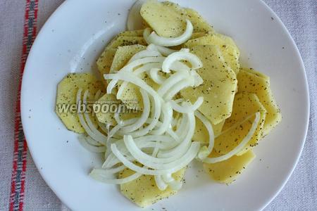 Добавить лук порезанный соломкой, посыпать солью и приправой.