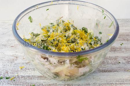 Сверху посыпать лепестками цветов одуванчика. Салат готов. Подавать на обед.