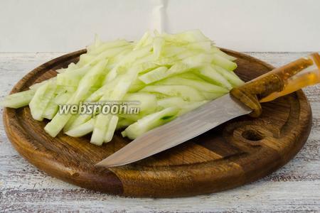 Огурцы вымыть, очистить от кожуры, нарезать соломкой.