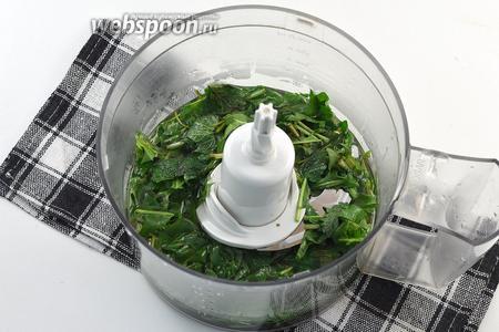 Мелко нарезать. Выложить в чашу кухонного комбайна (насадка — металлический нож). Добавить кипящий сироп.