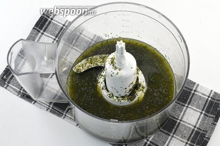 Измельчить до очень мелких частичек. В конце добавить лимонный сок. Охладить.
