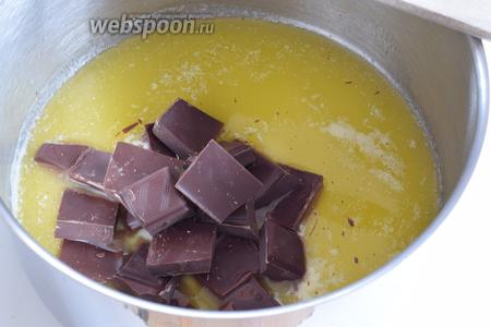 Нарежем масло и шоколад. Растопим масло, уберём с огня и растопим в нём шоколад.