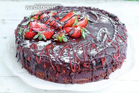 Украшаем торт ягодами и шоколадом, цветной сахарной глазурью по вашему усмотрению. Можно так же присыпать ягоды сахарной пудрой. Сервируем и угощаемся. Приятного аппетита!