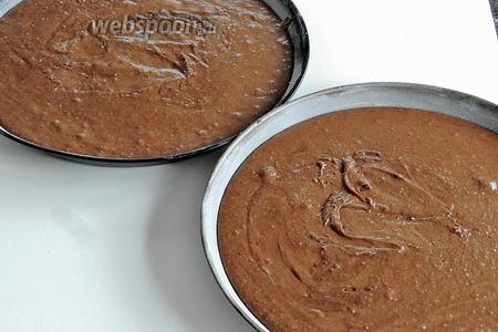 В заранее подготовленные (застеленные бумагой или обмазанные маслом и припорошенные мукой) 2 одинаковые формы выливаем тесто. Стараемся, чтобы будущие брауни были одинаковые.
