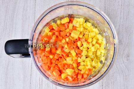 Нарезаем картофель и морковь кубиками.