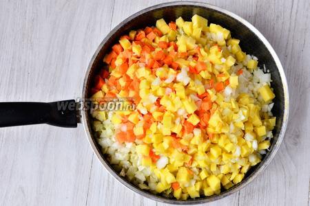 Высыпаем лук, морковь, картофель и капусту на разогретую сковороду с подсолнечным маслом.