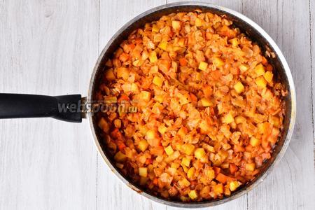 Готовим овощную смесь 25-35 минут на среднем огне, периодически добавляем кипячёную воду. В конце солим по вкусу.
