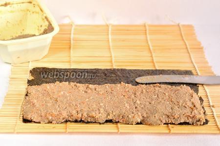 На шершавую сторону половинки листа нанести ножом паштет, слоем примерно 5 мм.