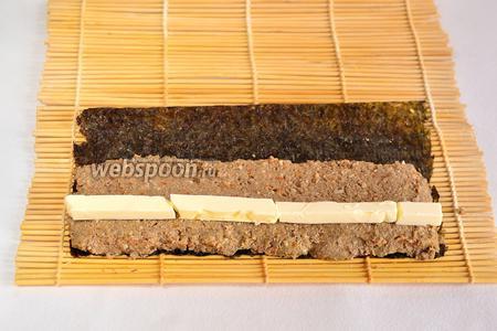 Далее положить сливочное масло, нарезанное брусочками (толщина 3-5 мм).