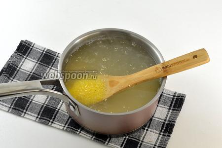 В кипящую воду всыпать крупу. Довести на большом огне до кипения. Огонь убавить до ниже среднего и готовить, помешивая, 7-8 минут.