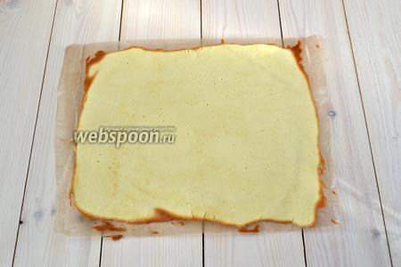 Выпекайте бисквитный лист при 180°С около 5-7 минут. Когда уголки прямоугольника начнут зарумяниваться, противень можно доставать из духовки.