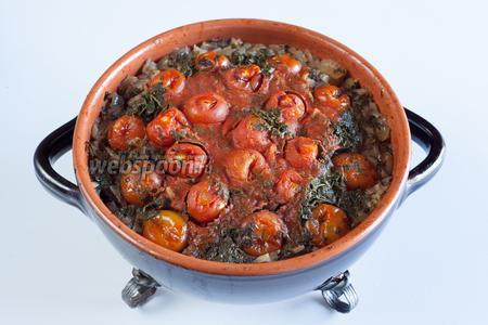 Готовый суп чанахи имеет довольно нефотогеничный вид — внешний слой сморщившихся помидорок — это, честное слово, самое красивое, что в нём есть, остальное выглядит ещё менее привлекательно! Но на вкус, люди, это потрясающая вкуснотища! Бульон там стоит почти вровень с поверхностью блюда (помидорки слегка возвышаются над ним, а лук — уже в бульоне), он прозрачный, куда делся томатный сок — непонятно. И вот этот бульон от баранины, томившейся чуть ли не в собственном соку с овощами, без капли воды — это что-то неописуемое!