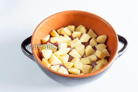 Чистим и режем картошку. Ничего не обжариваем, всё закладываем прямо сырым!