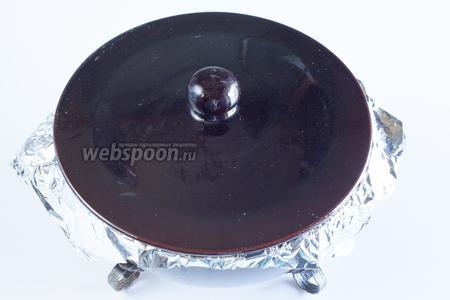 Чанахи положено готовить в керамической посуде под крышкой (хотя, мне по ходу дела показалось, что это — идеальный рецепт для мультиварки!). Так вот, у меня, как видите, крышку закрыть не было уже никакой возможности. Если вдруг с кем-нибудь ещё приключится подобный конфуз — можете взять на заметку следующий приём: я плотно обернула горловину горшка алюминиевой фольгой, а крышку опустила сверху. Как только овощи осели при тушении (а значит, как раз пошло активное испарение жидкости!) — крышка как раз опустилась, и всё получилось, как надо! Чанахи тушат в духовке на среднем уровне при температуре около 190°С 2-3 часа. Я держала температуру 2 часа, а потом ещё 1 час додерживала просто в остывающей духовке.