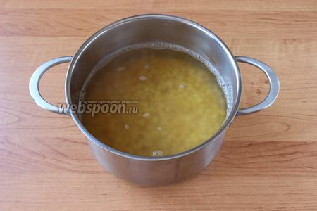 Горох перебрать, помыть и замочить в холодной воде на 5-6 часов (можно замочить на ночь), слить, ещё раз промыть, залить водой так, чтобы уровень воды был на 5 см выше гороха, поставить варить примерно на 1 час.