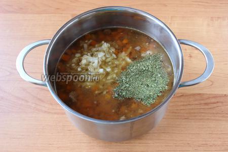 В конце варки добавить пассерованный лук, соль, перец по вкусу и зелень (сушёную или свежую в зависимости от места (в походе) или сезона).