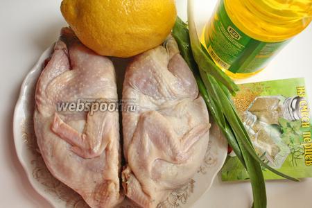 Для приготовления перепелов много специй брать не надо. Нежное мясо о себе само скажет. Просто возьмём лимон, молодой чеснок, соль и смесь перцев.