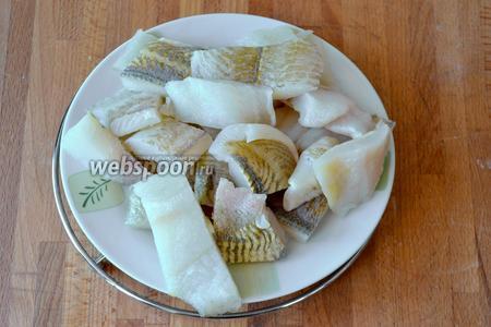 Рыбное филе предварительно разморозить (можно использовать и свежую рыбу), нарезать кусочками.