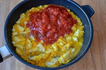 Затем добавить томаты в собственном соку. Влить 0,5 стакана воды (или овощного бульона). Посолить, поперчить и добавить 1 щепотку сахара (это позволит слегка нейтрализовать кислоту от томатов). Накрыть сковороду крышкой и тушить соус около 15 минут.