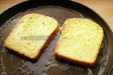 Разогреваем сковородку и жарим тосты на сливочном масле. А чтобы сливочное масло не горело, есть смысл добавить немного масла растительного.