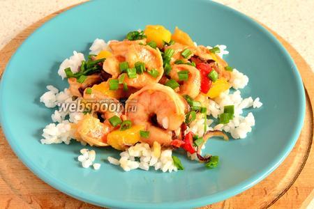 Подаём креветки сразу с рисом и долькой лайма. Посыпать зелёным луком.