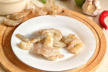 Креветки разморозить, лучше в холодильнике. Затем очистить, сделать надрез по спинке и удалить пищевод.