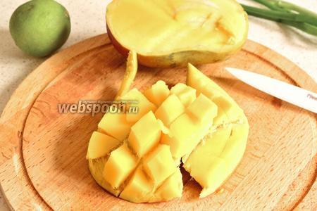 Манго нарезать кубиком. Для этого манго разрезать на 2 части вдоль косточки. На каждой половинке сделать в мякоти надрезы до кожицы, а потом перпендикулярно этим надрезам, сделать ещё надрезы. Надавить на манго со стороны кожицы и вывернуть. Теперь можно спокойно срезать кубики.