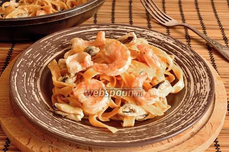 Паста с мидиями и тигровыми креветками в сливочном соусе