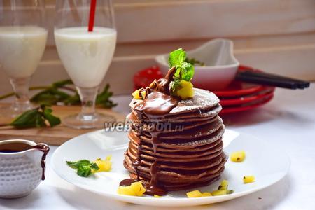 Шоколадные панкейки с кунжутом и яблочно-мятным соусом