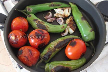 Овощи обжариваем на сухой сковороде до черноты. Постоянно поворачиваем, пока они не станут мягкими.