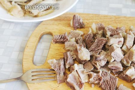 Мясо порезать порционными кусочками, удалив кости и жир.