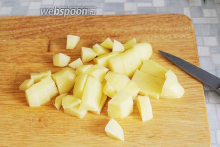 Очистить картофель и нарезать его кубиком.