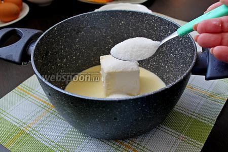Добавить сливочное масло и сахар, поставить кастрюльку с содержимым на небольшой огонь до полного растворения масла.