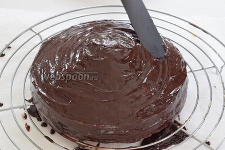 Через минут 5-10 шпателем размажем глазурь по поверхности всего бисквита. Дадим глазури затвердеть, но не в холодильнике. Приятного аппетита!
