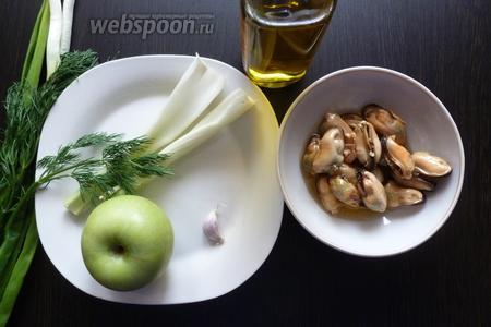 Подготовим продукты по списку. Вымоем зелень, стебли сельдерея и яблоко.