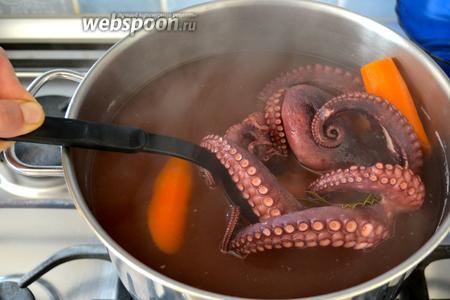 Готовому осьминогу дать остыть в воде, в которой он варился. Затем достать его из воды. Можно очистить от присосок (если они вам не нравятся).