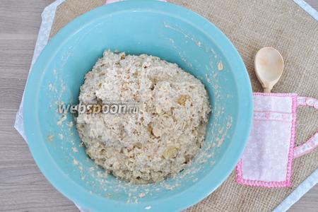 Тесто готово. Тесто не жидкое и не густое. Его можно выкладывать ложкой или мокрыми руками.