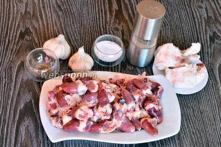 Для приготовления колбасы с куриными сердечками вам понадобится свиной жир, куриные сердечки, чеснок, базилик, перец чёрный молотый, соль и кишки.