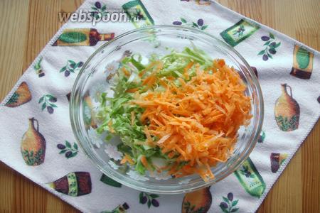 В глубокую миску нарезаем капусту и трём свежую морковь.