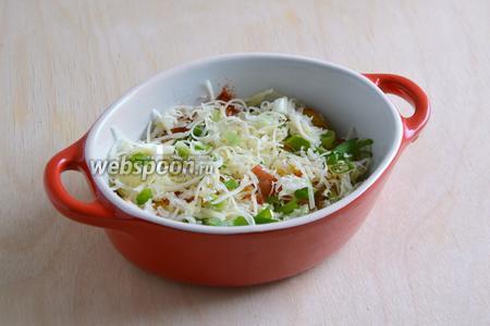 Посыпьте твёрдым сыром и зелёным луком.