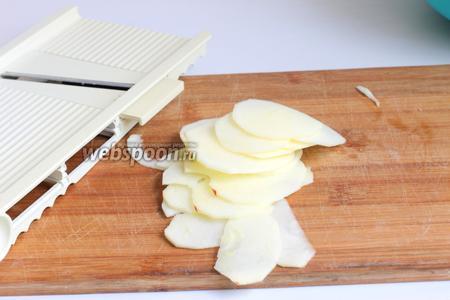Пока тесто стоит, почистим яблоки и порежем. Я это делала на тёрке. Так они тоньше. Но можно и нарезать ножом.