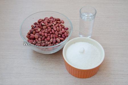 Перечень ингредиентов для этого рецепта очень незатейливый, это сырой арахис, сахар и вода.