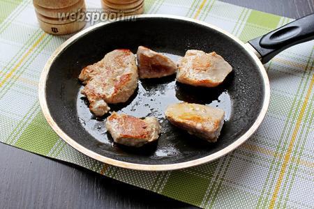 Филе тунца вынуть из маринада и обжарить с 2 сторон по 2-3 минуты, масло добавлять не надо.