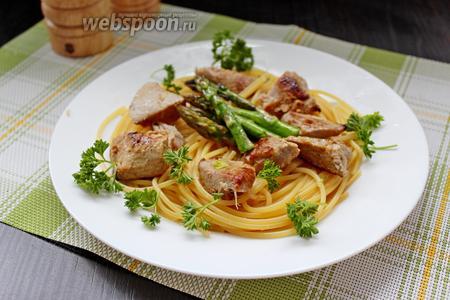Сервируем нашего тунца со спаржей и отварными спагетти. Приятного аппетита!!