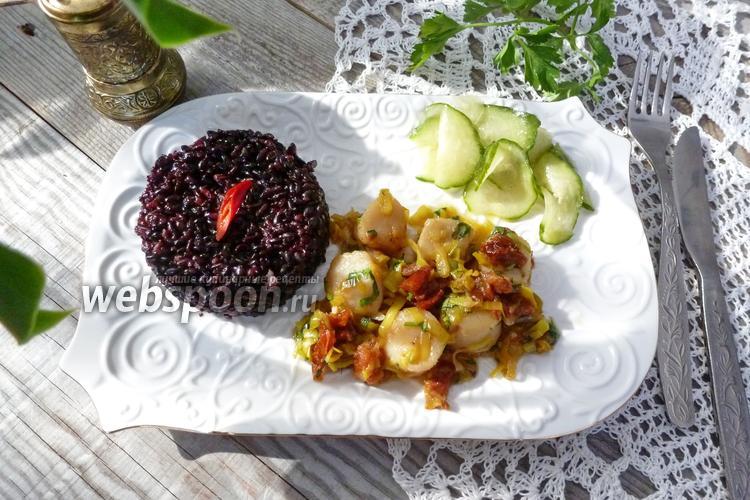 Фото Морские гребешки с вялеными помидорами, пореем и чёрным рисом
